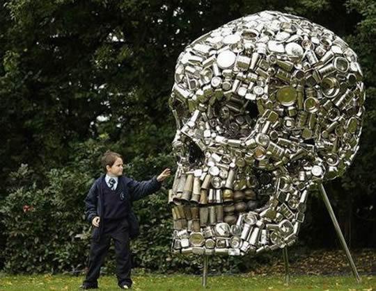 10 criativas obras de arte feitas de materiais reciclados for Things made out of tin cans