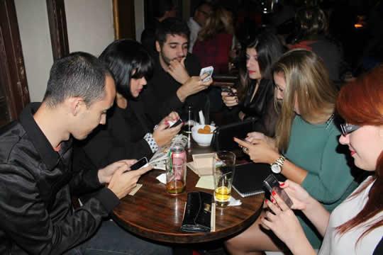 10 sinais de que voc est viciado em celular for Viciados de mesa