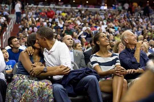 obama dando beijo esposa
