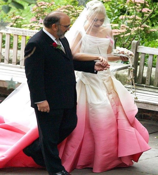 10 famosas e seus estranhos vestidos de noiva